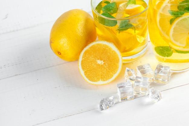 レモネード、新鮮なレモンを飲みます。