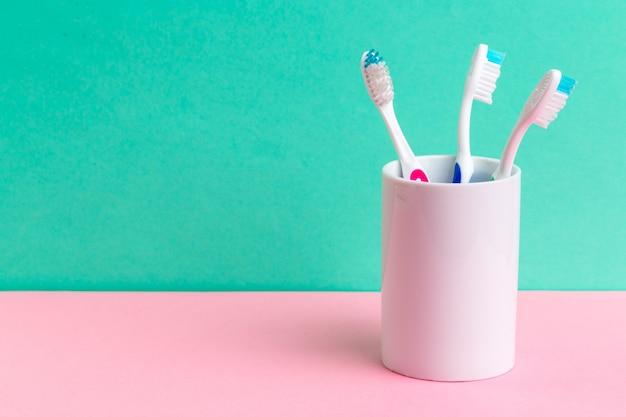 テーブルの上のガラスの歯ブラシ