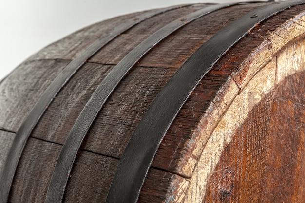 鉄の輪が付いている木製の樽。