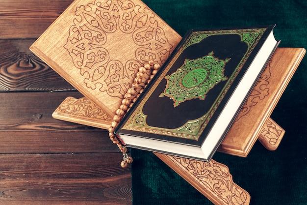 木製の表面テーブルにイスラムの神聖な本