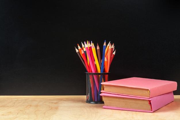 木製のテーブルの上にカップの色鉛筆