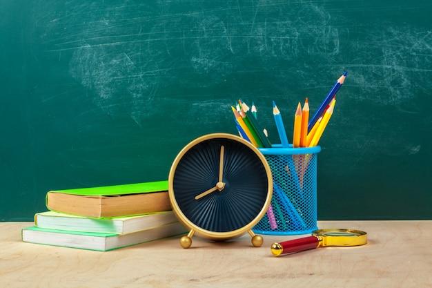 Школьные принадлежности. написание посуды и будильника. время изучать концепцию