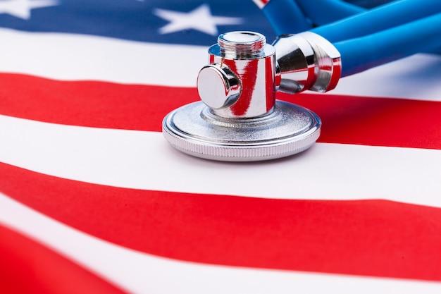 Стетоскоп на американском национальном флаге, крупный план