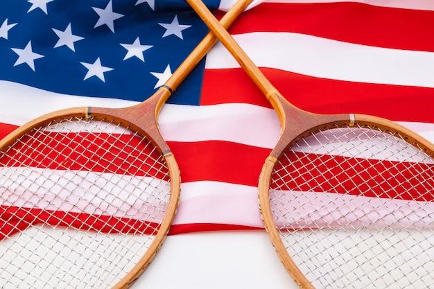 テニスラケットとアメリカの国旗。
