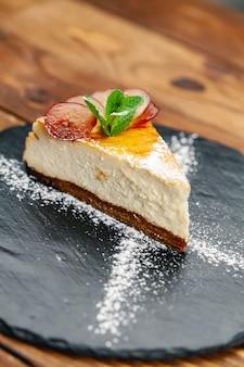 Изысканный ресторанный десерт. эксклюзивная еда и концепция высокой кухни, вид сверху