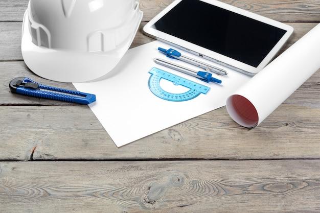 青写真紙と空白の画面とデジタルタブレットの建築家職場のトップビュー