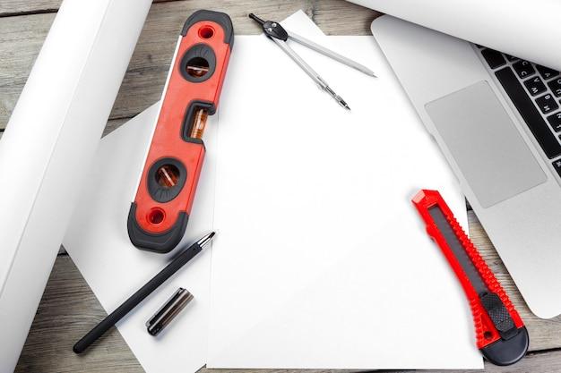開いているノートパソコンと楽器のトップビューで建築家の職場