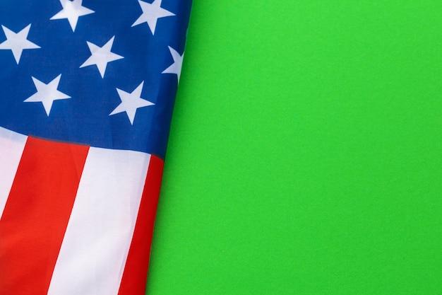 緑の背景に対してアメリカの国旗