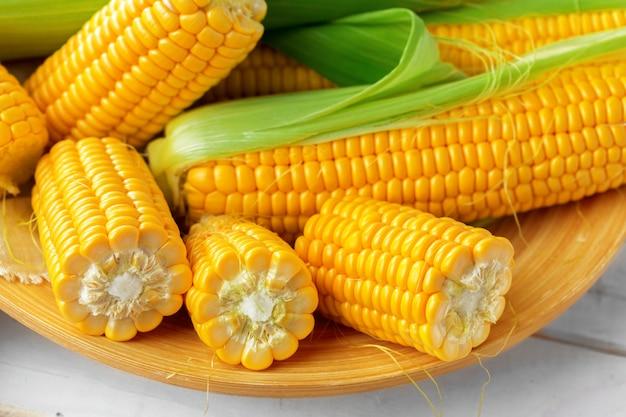 Сырая кукуруза на деревянном столе