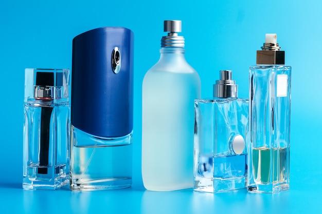 青の男の香水瓶をクローズアップ