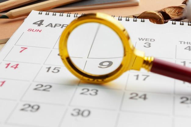 虫眼鏡とカレンダー