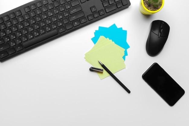 Вид сверху рабочее место офисного работника с компьютерной клавиатурой