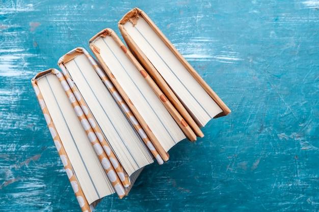 テーブルの上の文庫本