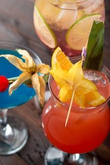 Разноцветные коктейли в баре крупным планом выстрел