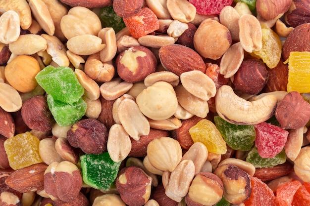 さまざまなナッツと砂糖漬けの果物の背景をクローズアップ