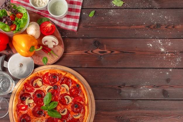 Горячая домашняя пицца пепперони