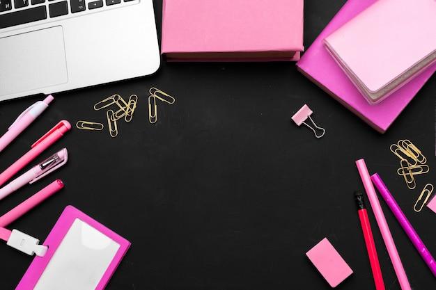 Плоская планировка, вид сверху черный стиль офисный стол письменный стол. женские рабочие принадлежности