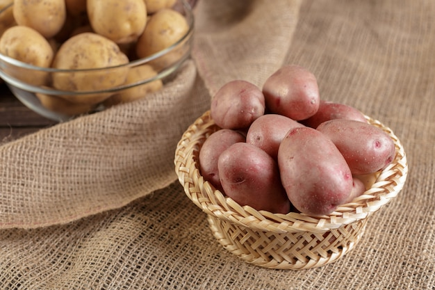 新鮮な生のジャガイモ