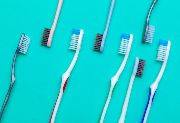 色に手動歯ブラシでフラットレイアウト構成、クローズアップ