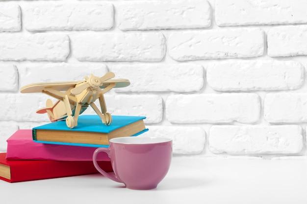 Чашка чая и книги на столе