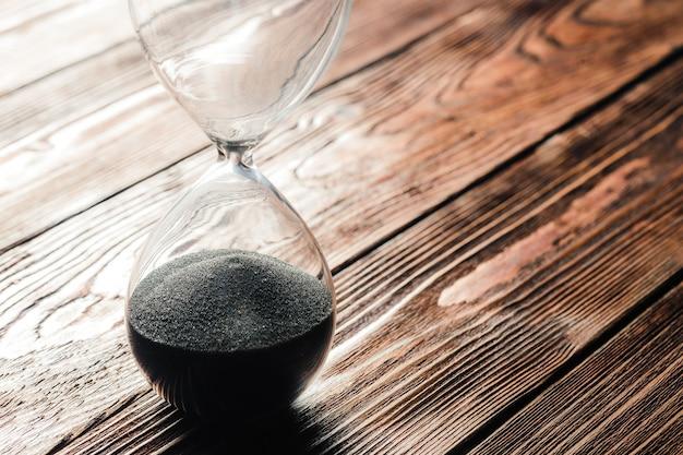 Современные песочные часы на деревянном