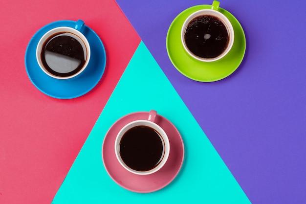 カラフルなコーヒーカップとカラフルな活気に受け皿