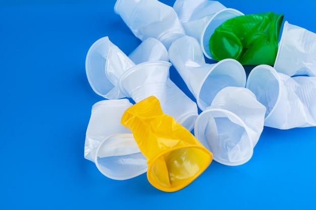 使い捨ての色のプラスチックカップのゴミ。
