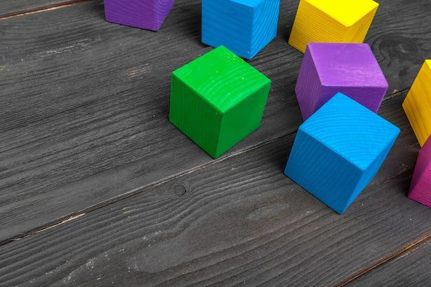 Красочные деревянные кубики на деревянный стол