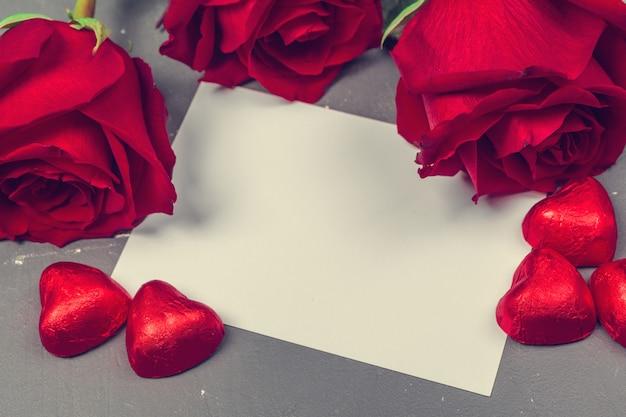 テキストの赤いバラと空白のギフトカード