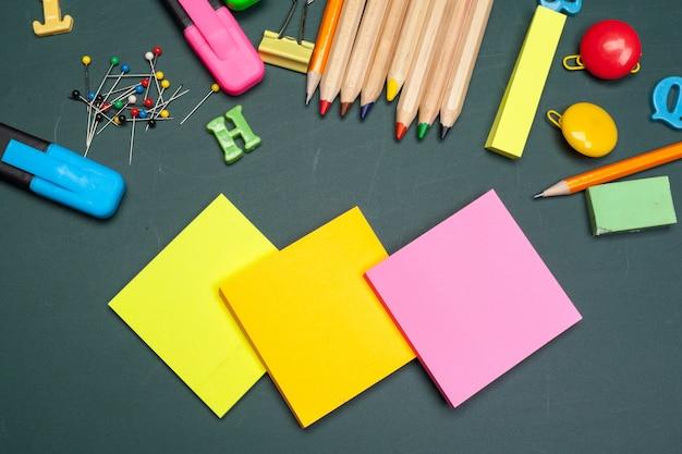 学用品とテキスト用のスペースと学校の背景に戻る