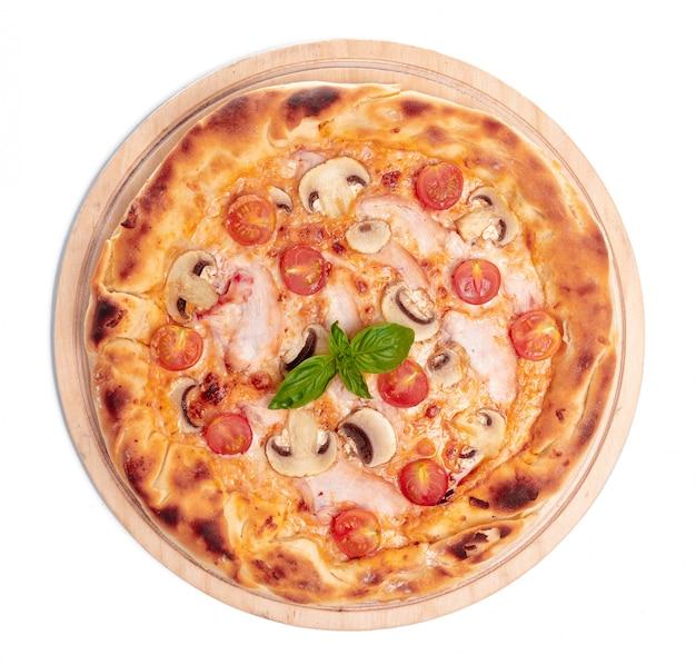 おいしいピザは白で隔離されます。