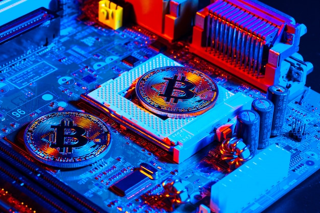 Золотой биткойн и компьютерный чип в