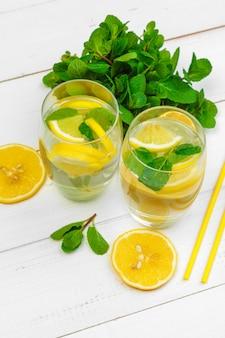 レモンミントと伝統的なレモネード