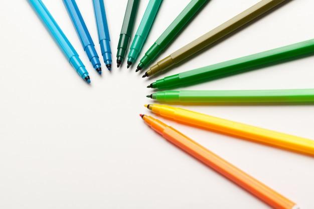 白で隔離されるカラフルなフェルトペンをクローズアップ