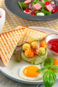 クラブサンドイッチパニーニ、ハム、トマト、チーズ、バジルとチーズボール