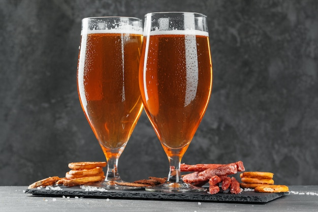 ビールと食欲をそそるビールスナックセット。