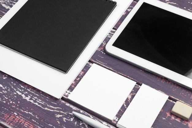 コーポレートアイデンティティとモバイルウェブデザインのモックアップ