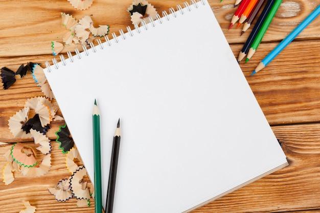 机のテーブルに鉛筆、鉛筆カット、白紙