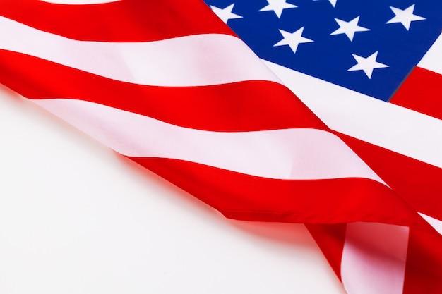 白で隔離されるアメリカの国旗の国境
