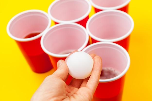 テーブルの上のゲームビールポンのカップ