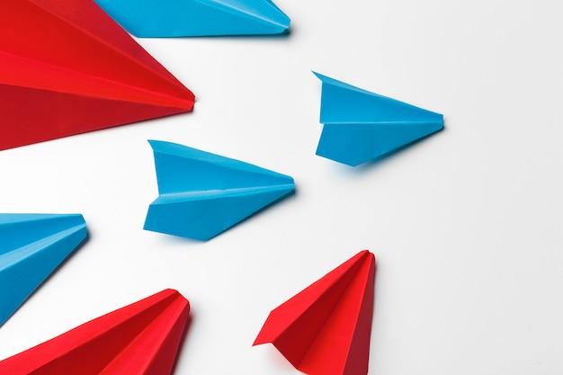白地に赤と青の紙飛行機