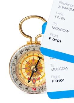 Время путешествовать. идея для туризма с билетом и компасом изолированы. концепция на тему полетов
