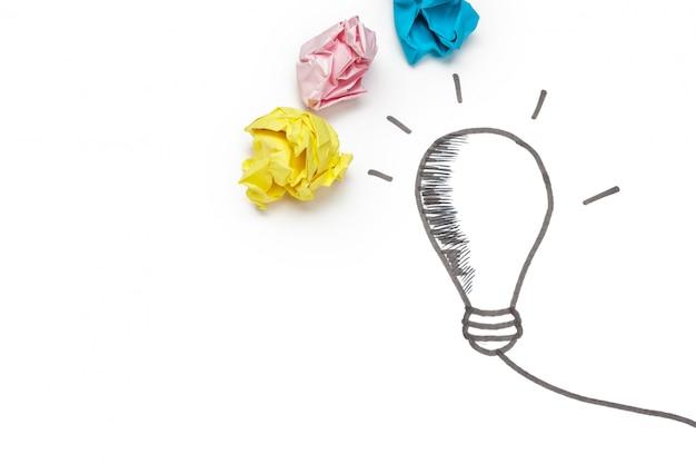 新しいアイデアのコンセプト。カラフルな紙を丸めてボール