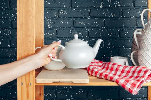 台所、女性、食器で掃除をする