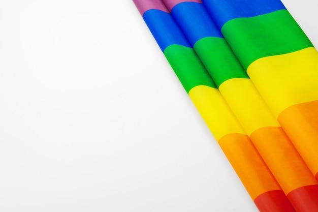 白い背景の上の虹のゲイの旗