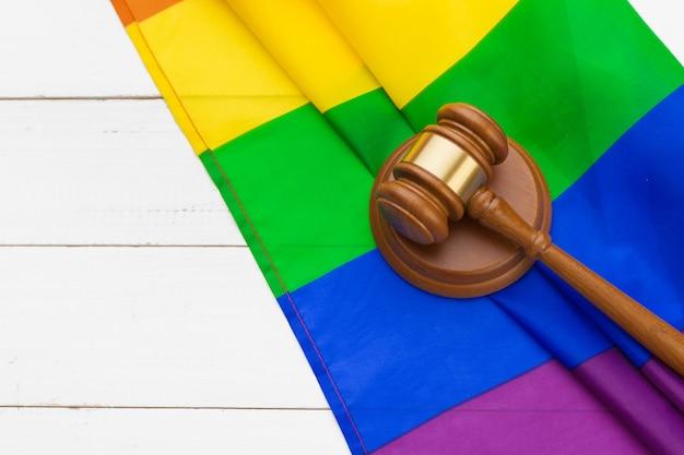 Придворный молоток и радужный флаг. концепция прав геев