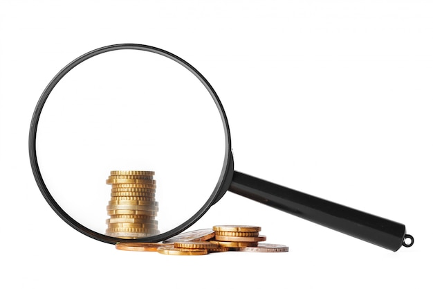 Бизнес-концепция двойной экспозиции с увеличительным стеклом и фокус на монетах