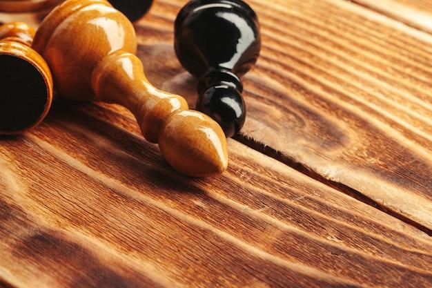 木製のチェス盤のチェスの駒