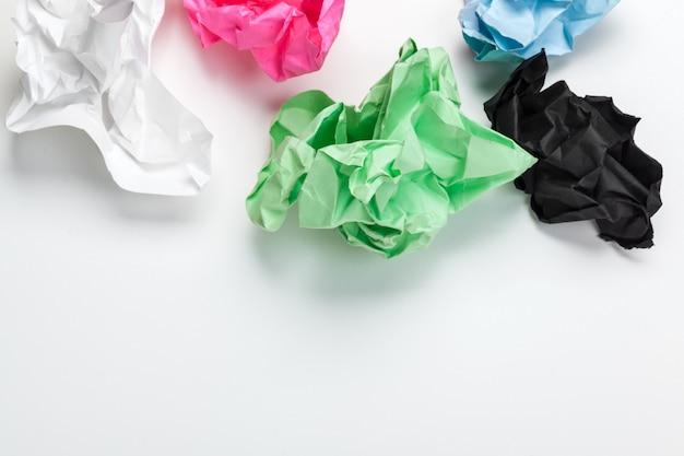オフィスコンセプトでブレーンストーミングの白いテーブルに紙を丸めて
