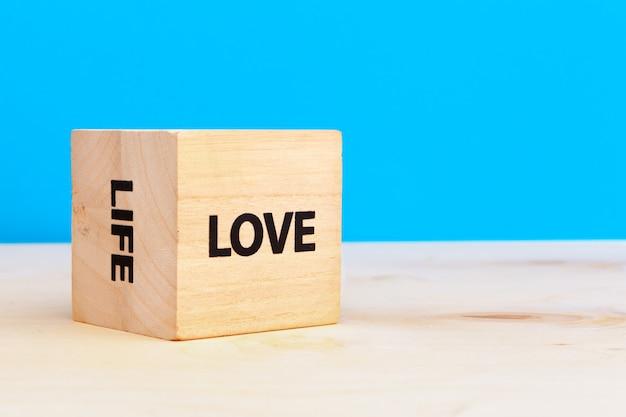 Куб деревянный блок со словом любовь и жизнь